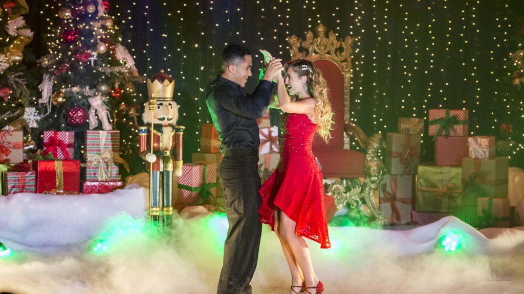 Powerkoppel Alexa & Carlos PenaVega - Enchanted Christmas